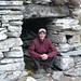 Alpe Pisom, 1712m - Zaza unter dem niedrigen Eingang der Hütte
