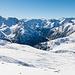 Ausblick zum nach Italien führenden Teil des Val Mora beim Aufstieg. Der sanfte Rücken ganz rechts führt zum Cima del Serraglio und kann bis P.2633 in einer schönen Schneeschuhtour erwandert werden. Mehr dazu [tour91912 hier].