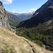 ... an steilen Felswänden geht es vorbei
