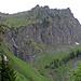 Dieses Wändlein muss überwunden werden, rechts vom Wasserfall führt eine steile Route hinauf zum Höch Hund