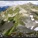Blick hinunter auf den Passo Predèlp sowie auf den weiteren Routenverlauf (grundsätzlich dem Grat entlang, mit Abweichung nach rechts).