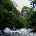 Val Lodrino - Blick vom Flussbett zur Rippe der Alpe Carugo (in der Sonne)