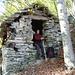 Die Hütte von Cadinc 1158m - wie klein die Hütte ist im Vergleich von Zaza