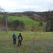 Wir gehen weglos. Daniel und Judith unerschrocken voran, Nik zögert noch. Hinten der Horkenberg, dessen Besteigung wir ins Auge gefasst haben.