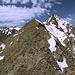 """Cheget - Ausblick am Gipfel des """"Kleinen Cheget"""". Der Grat zieht westwärts zum eigentlichen (""""Großen"""") Cheget-Gipfel (Чегет bzw. Донгуз-Орунбаши gemäß sowjetischen Karten, 3.759 m)"""