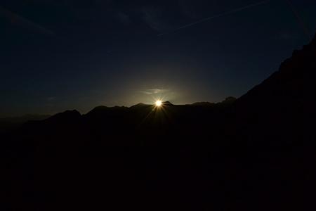 Uns treffen die ersten Sonnenstrahlen.