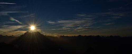 2:45h später auf dem Gipfel des Ruchen. Die Sonne gerade noch über dem Vreneli.