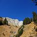 Annäherung an die leuchtend weissen Felsen über den vegetationsreichen Sporn des Gumper