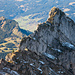 Zoom zum Wändlispitz auf dem Weg zum Diethelm. Gut erkennbar sind die beiden Felslöcher.