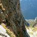 ... bis schliesslich der Ausstieg mit dem Schlüsselzug aufwartet (frei ca. IV, solide Draht- und Kletterseile)