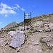 Im Aufstieg zum Cheget - Hier unweit des Gipfels, wo wir gleich einen alten Niederschlagsmesser passieren. Dieser gehört offenbar zur meteorologischen Station an der Bergstation des Sessellifts. Quasi baugleiche Niederschlagsmesser trifft man übrigens auch bei etlichen anderen Bergtouren auf dem Gebiet der ehemaligen Sowjetunion an - z. B. am Aragats oder Kasbek.