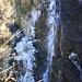 Il ghiaccio invidioso, crea la propria cascata, sperando di vincere il concorso contro l'acqua corrente