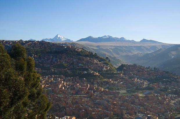 Der Huayna Potosi schaut hinter dem Talkessel von La Paz hervor