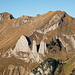 Marwees und Dreifaltikeit. Beim genauen Hinsehen sieht man rechts im Bild stückweise den Wanderweg, der zum Marwees-Grat führt. Zu sehen ist ein kleines Stück, das zur Rinne führt und dann oben die Querung zur Wiesenterrasse, die nicht mehr im Bild ist (Schlüsselstelle).