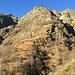 La dorsale sopra l'Alpe La Balma con il caratteristico boschetto di faggi alla base delle rocce. A destra il canale del Funtanasc.