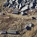 Der Tiefblick zur Alpe di Ruscada: Gar nicht so einfach, die steinernen Tessiner Alphütten von den riesigen Granitblöcken zu unterscheiden.