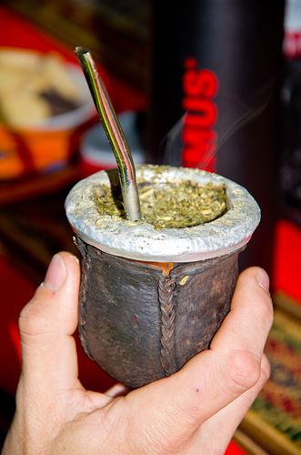 Alle Argentinos trinken anscheinend diese Art Kräutertee