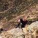 Monica aggira un passo su roccia per passare su dell' erba liscia. Ma io preferisco la roccia: più affidabile e solida.