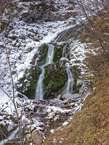 Vorbei an diesem kleinen Wasserfall...