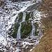 Vor an diesem kleinen Wasserfall geht es Richtung Krumpalm