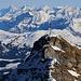 Le Tarent (2548,0m): Aussicht im Zoom über die La Pare (2540m) zu den Berner Alpen. Von links nach rechts: Eiger (3970m), Mönch (4107m), Jungfrau (4158,2m), Blüemlisalphorn (3661m) und Doldenhorn (3638m).