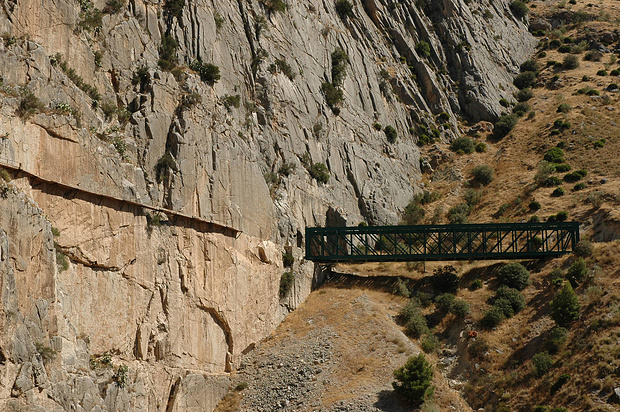 Das letzte Stück vor der Eisenbahnbrücke war vor vielen Jahren schon beseitigt worden, damit der Weg unzugänglich wäre.