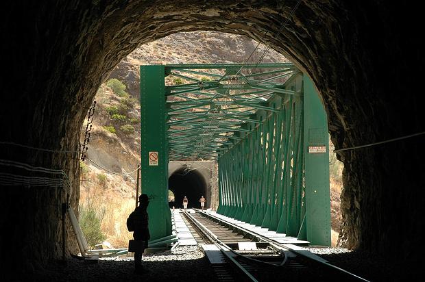 Einige Tunnels und Brücken musste man auf der Bahntrasse passieren.