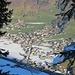 Zoom runter nach Au-Rehmen mit dem SOS-Kinderdorf am Hang oberhalb der Kirche