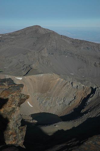 Pico Veleta mit der Piste. Da braucht man gute Mountainbike-Reifen, wenn man hier radeln will.
