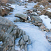 Der Weg zum Tomasee hat sich stellenweise in eine Eisbahn verwandelt. Für einmal geht es sich besser neben dem Wanderweg.