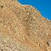 Blick zur Seite nach dem Abstieg durch die Schuttrinne. Das Gelände ist stellenweise doch recht garstig, wie dieses Bild zeigt. Es lohnt sich, nach einer optimalen Route zu suchen.