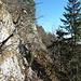 der schmale Weg dem Felsen entlang