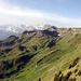 Blick vom Arvigrat (2014m) auf den Gräfimattnollen (2035m), Gräfimattstand (2050m) und Schluchberg (2106m) (v.r.n.l.). Im Hintergrund links der Titlis, in der Mitte Grau- und Huetstock und Widderfeld Stock und rechts die bekannten Berner.