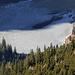 Das Ostufer des Sees ist dick zugefroren.