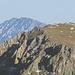 Das Gößeck (19km) mit 2 Leuten am Gipfel (im Originalfoto recht gut zu erkennen), dahinter die Veitsch in 63km Entfernung.