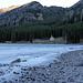 Am See wurde eine neue Kapelle gebaut. Der Wasserstand ist extrem niedrig, die Eisdecke hängt schief hinein.