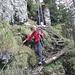 Gut seilversicherter Pfad im abschüssigen Fels-Waldgelände, nordseitig eher etwas feucht.