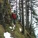 Das Seil gibt Sicherheit im laub- und schneegefüllten Weg.