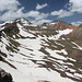 Khrebet Karakatar/P 3.460 - Ausblick über den weiteren Gratverlauf, der etwa nordwärts zum Aragats-Südgipfel führt (links). Außerdem sind auch der Nord- und Ostgipfel gut zu erkennen (mittig bzw. rechts).