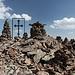 Göl Zarad - Am Gipfel befinden sich neben einem Kreuz auch unzählige Steinmänner. Im Hintergrund ist der ungefähr gleich hohe Berg Amberd geradeso zu erkennen.