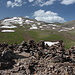 """Göl Zarad - Ausblick am Gipfel zum Aragats. Zu sehen sind der West-, Süd- und Ostgipfel sowie die markante Graterhebung im Khrebet Karakatar (""""Ovrcasar"""")."""