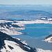 Sihlsee und Zürisee im Zoom. Der Sihlsee ist von einer dünnen Eisschicht bedeckt.