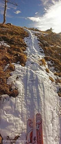 Nur mehr schmale Schneebänder führen in den oberen Gipfelbereich