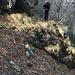 Cengia con resti di muro di sostegno sul versante nord del Sasso Respore