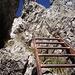 Terminata la scala vi sono comunque catene su entrambi i lati che facilitano il passaggio alla roccia. Quindi tranquilli non si rimane in balia del vuoto.