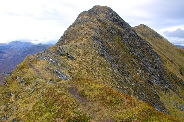 Der finale Gipfelgrat. Links der Westgipfel, rechts dahinter der höhere Ostgipfel.
