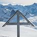 Gipfelkreuz Blüemberg. Im Hintergrund die Gipfel um das Schächental.
