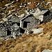 Verfallene Hütten der Alp Lòcia.