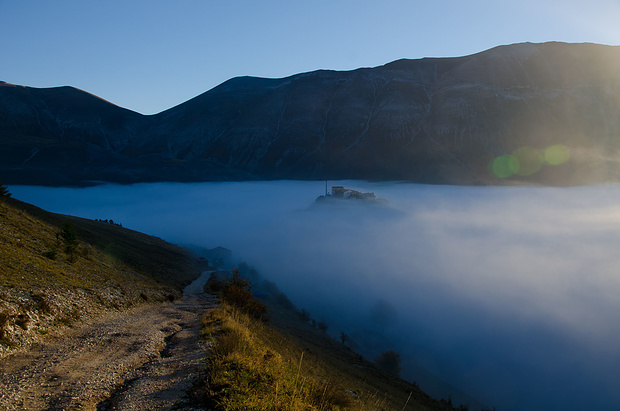 Castelluccio schält sich langsam aus dem Nebelmeer