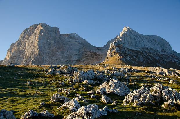 Bei der Bergstation des Sessellifts. Rechts der Corno Piccolo, links der Grande.